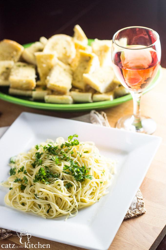Spaghettini with Garlic, Olive Oil, & Parsley   Catz in the Kitchen   catzinthekitchen.com #ComfortFood